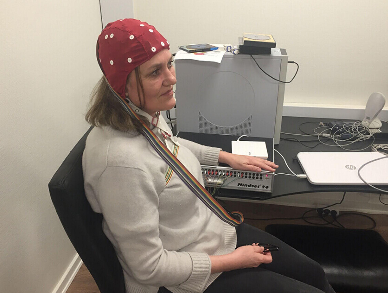 QEEG måling af hjerneaktivitet - med hætte og 19 elektroder på hovedet.