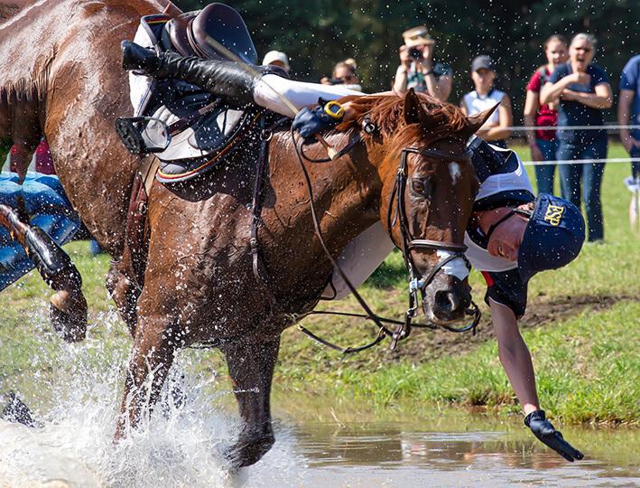 Styrt fra hest kan give piskesmælds-lignende skade